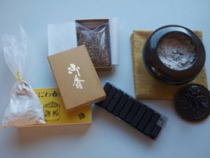 Matériel : charbon, cendre, copeaux de bois parfumés, brûle-encens en bronze